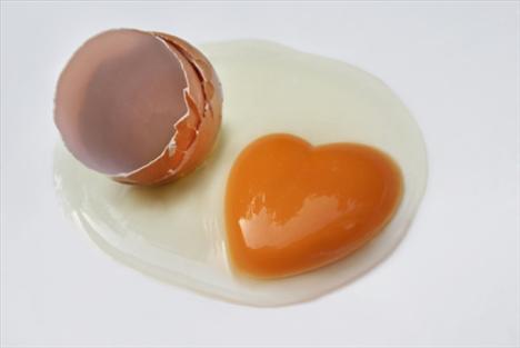 Yumurta Uzmanlar hâlâ yumurtanın kalp sağlığına faydalı olup olmadığını tartışa dursun, biz, onun saç ve cilt için gerekli olduğunu söyleyelim; içerdiği B12 vitamini sayesinde yumurta, güzellik için şart!
