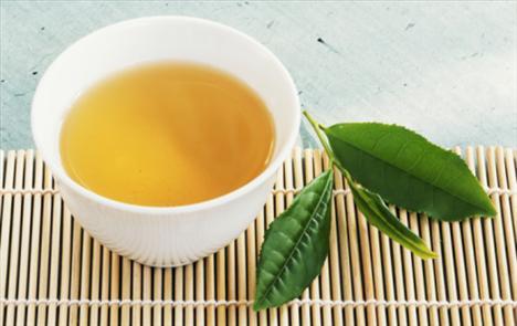 Yeşil çay Onda, kalorisi az, sıcacık bir içecek olmaktan daha fazlası var. Polyphenols bakımdan çok zengin; bu da iltihaplanma ve kızarıklık oluşumunu engelliyor.