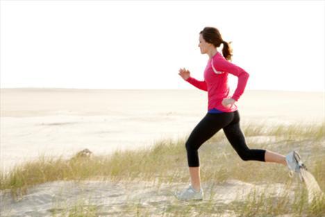 Tempolu koşu yapmak baş ağrısını gideriyor!  Baş ağrısı yaşayan kişilerin çoğu yatağa girmeyi tercih ediyor. Oysa bisiklete binmek ya da yürüyüş yapmak çok daha faydalı. Spor, kan dolaşımını düzenleyerek hafif ağrıları giderebiliyor. Ama şiddetli ağrılarınız varsa uzun koşu yapmamalısınız çünkü salgılanan endorfinler beyinde ağrı iletimini engelliyor.