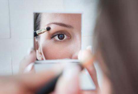Makyajı abartmayın.  Yüzünüzdeki yorgunluk izlerini kapatmaya çalışırken daha da kötü görünebilirsiniz. Mat rujlar, pudralar ve fondötenler, zaten nemsiz kalmış cildin iyice kurumasına ve makyajın kötü görünmesine neden olurlar. Böyle zamanlarda sadece maskara ve renkli dudak nemlendiricisiyle yetinmeniz daha akıllıca olur.