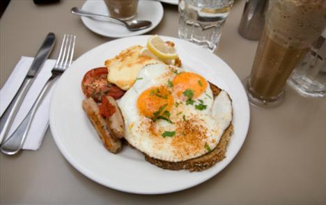 Kahvaltıda:  Bundan vazgeç: Sosis ve pankek  Bunu dene: Hindi sosisi ve pankek Kazancın: 86 kalori