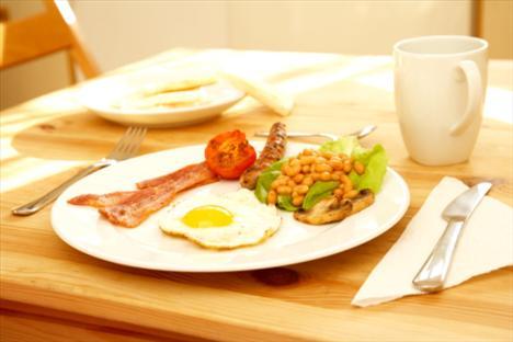 Kahvaltıda:  Bundan vazgeç: Jambon ve yumurta  Bunu dene: Hindi füme ve yumurta Kazancın: 26 kalori