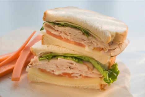 Öğle yemeğinde:  Bundan vazgeç: Rozbif sandviç  Bunu dene: Hindi etli sandviç Kazancın: 65 kalori