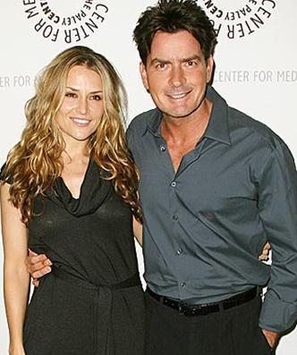 Sheen, önce eşi Brooke Mueller'i hastanelik ettiği için basının manşetlerini süsledi.   Ama iş bu kadarla sınırlı kalmadı. Sheen belki de son 10 yılın en büyük skandallarından birinin kahramanı oldu.