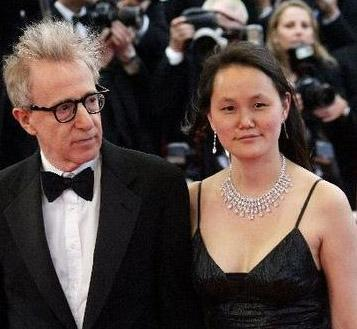 Soon Yi ve Woody Allen 1997'de evlendiler.   Woody Allen, eski sevgilisinin evlatlığı olan karısından 36 yaş daha büyük. Allen, 'Kalp, istediğine koşuyor' demişti.