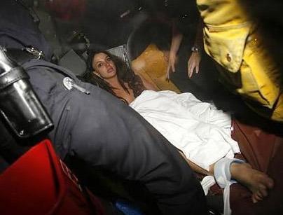 Brıtney iyice çığırından çıktı   Pop müziğini sorunlu prensesi Britney Spears, 2008'e de 'hızlı' başladı.   Spears, velayetini kaybettiği çocuklarını ziyaret süresi dolduğu halde babalarına teslim etmeyip evinde kilitleyince kelimenin tam anlamıyla büyük bir gürültü koptu.   Bir uyuşturucu maddenin etkesi altında olduğu iddia edilen Spears'ın evine polis arabaları ve ambulanslar geldi.   Spears ayaklarından sedyeye kelepçelenerek hastanaye götürüldü.