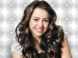 Cyrus bu yıl da yetişkin kadınlara özenen giysileriyle eleştiri konusu oldu.