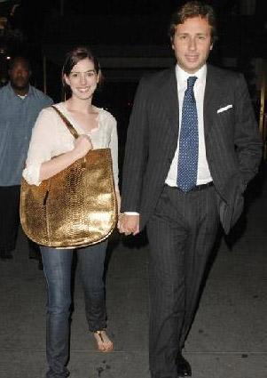 Hathaway'in emlakçı sevgilisi Raffaello Follieri, verdiği karşılıksız çek yüzünden tutuklandı.