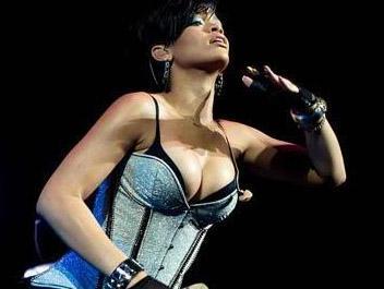 Fotoğrafları internete yayıldı  Başarılı şarkıcı Rihanna da geçen yıl internete sızan fotoğrafları nedeniyle zor günler yaşadı.