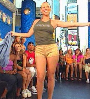 MTV'de yayınlanan Total Request programına katılan Carey, bir anda soyunmaya başlayınca ekran karşısındaki milyonlarca kişi şoke oldu.   Elbette programın sunucusu Carson Daly de gözlerini kapatarak stüdyoyu terk etti.