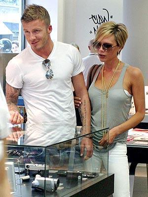 Skandalın eşiğinden döndü  İngiliz futbolcu David Beckham ABD'nin Los Angeles kentinde, gece yarısı Tayland masajı yapan bir merkezden çıkarken görüntülendi.   News of the World gazetesinin yayınladığı haberde ünlü futbolcunun içerde sırtını ovdurmanın dışında başka şeyler yapmış olabileceğini ima etti.