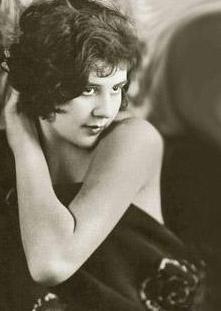 Efsane aktör 12 yaşında bir kıza aşık olunca....  Sinema efsanesi Charlie Chaplin ya da daha çok bilinen adıyla Şarlo hep skandal evlilikler yaptı.   İlk eşi 16 yaşındaydı. İki yıl sonra 12 yaşındaki bir kıza aşık oldu.  35 yaşındayken 16 yaşında hamile bıraktığı Lita Grey ile evlenmek zorunda kaldı.