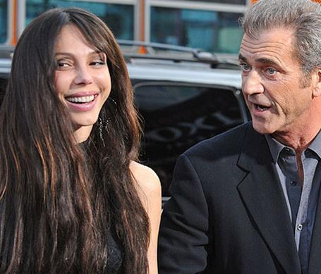 Gibson, sevgilisinin yalan söylediğini iddia etti ala Grigoriyeva, ünlü aktörün yüzüne vurduğunu ve dişlerini kırdığını söyledi.