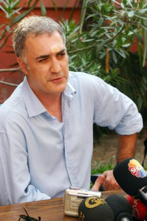 Karadağlı bu olayın ardından basın mensuplarının karşısına geçip eşinden ve ailesinden özür diledi.