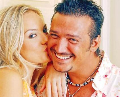 """Biseksüel polemiği, bekaret testi   Manken Şebnem Schaefer Özcan Deniz ve eski nişanlısı Şenol İpek ile girdiği """" biseksüel """" polemiğinden sonra bekaret testi yaptırdı."""
