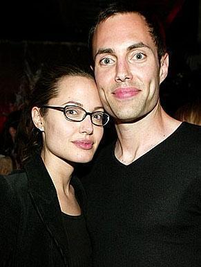 'Görüyorsunuz kardeşimle aşk yaşıyorum'  Angelina Jolie, oyunculuğu ve Birleşmiş Milletler bünyesindeki yararlı çalışmaları bir yana, skandallarıyla da tanınan bir yıldız...