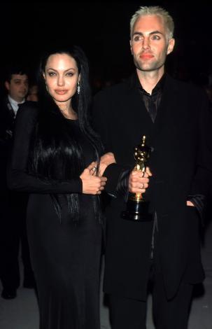 """Girl, Interrupted"""" adlı filmdeki oyunuyla """"En İyi Yardımcı Kadın Oyuncu"""" dalında Oscar kazanan yıldız, ödülünü almaya erkek kardeşi James ile birlikte çıktı."""