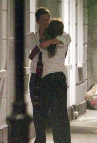 Grant son olarak bir kaç hafta önce evinin önünde hayat kadını olduğu ileri sürülen bir siyahi kadınla öpüşürken paparazzilerin objektiflerine takıldı.