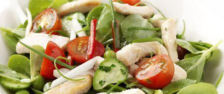 Piliçli semizotu salatası  Malzemeler:  1 paket piliç göğüs bonfile (ince, şerit kesilmiş), 100 ml zeytinyağı, 750 gr semizotu (temizlenmiş, yapraklanmış), 100 gr bezelye (haşlanmış), 2 adet etli kırmızı biber (ince jülyen kesilmiş), 4 adet taze soğan (kibrit çöpü ebatlarında kesilmiş), 250 gr kiraz domates (2`ye kesilmiş), 100 gr salatalık (çok ince verev kesilmiş), 5 sap maydanoz (yapraklanmış, ince kıyılmış) 1 çorba kaşığı nar ekşisi, 5 çorba kaşığı elma sirkesi, 1 çay kaşığı tozşeker, tuz, tane karabiber (arzu edilen miktarda, dövülmüş).  Hazırlanışı:  Zeytinyağından 80 ml ayırın. Kalan yağı ısıtıp, etleri katın. Hızlı ateşte ve karıştırarak 3-4 dak. soteleyin. Ateşi kısıp, tencerenin kapağını kapatın ve etler yumuşayıncaya kadar, yaklaşık 6-7 dak. pişirin. Ateşten alın ve soğuyuncaya kadar dinlendirin. Semizotu, bezelye, etli kırmızıbiber, taze soğanın yarısı, kiraz domatesin yarısı, salatalık ve maydanozu iyice harmanlayın. Kalan zeytinyağı, nar ekşisi, elma sirkesi, tozşeker, tuz ve karabiberi, kapaklı küçük bir kavanozda iyice çalkalayın. Malzemelerin üzerine etleri, kalan soğan ve domatesi serpin. Zeytinyağlı karışımı gezdirip, hafifçe karıştırın ve servis yapın.