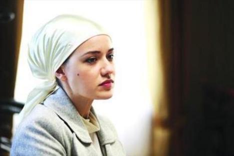 Sosyoloji okuyan Evcen katıldığı bir televizyon programı sayesinde keşfedildi..   Türkiye'nin en çok izlenen dizilerinden Yaprak Dökümü'nde oynuyor..
