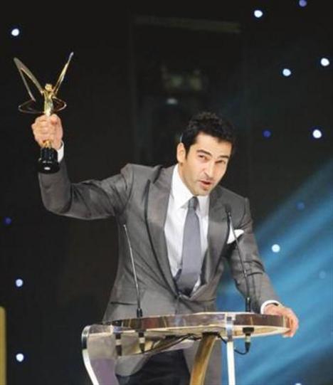 İmirzalıoğlu, hiç oyunculuk eğitimi almamasına rağmen setlerde 'pişti' ve ödüller kazandı.