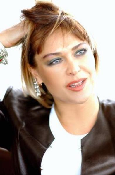 HÜLYA AVŞAR   Türkiye güzeli seçildi, tacı elinden alındı..   Sonra da şöhret basamaklarını tırmandı..