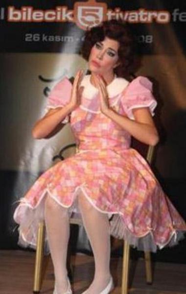 Sadece Arkadaşız' adlı oyunla sahneye çıkan Akkaya, performansıyla izleyicilerden tam not almayı başarmıştı.
