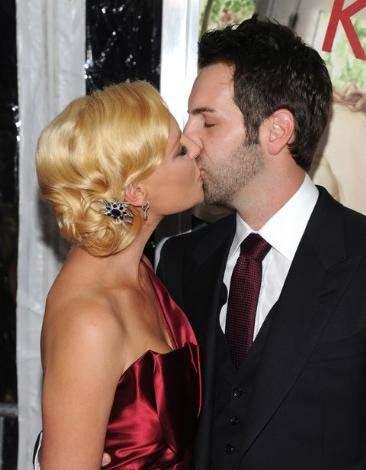 İkili bu iddiaları yalanlarken Duhamel'in eşi Fergie'nin ünlü aktörün sadakatinden şüphe ettiği de konuşuluyor.