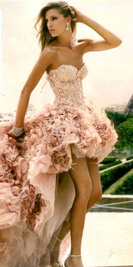 Pastel be pudra tonları, şeftali çiçeği etkisi Lüblanlı  tasarımcı Zuhair Murad rüya gibi tasarımları sundu.Aşk şehri Paris'in  büyüleyici atmasferiyle  Zuhair Murad ın yaratıcı kimliği birleşince. ortaya doyulmaz bir çekim çıkıyor.