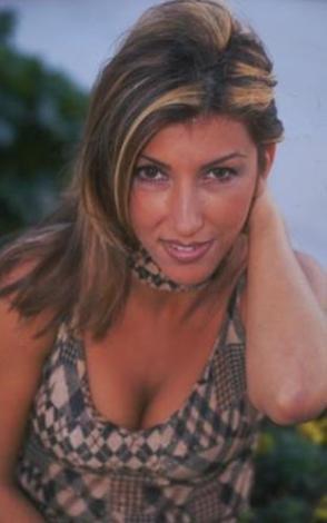 Bugünün çılgın şarkıcısı, stil ikonu Hande Yener bir zamanlar böyle sıradan görünüyordu.