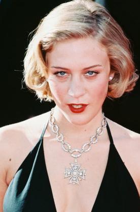 """EROTİK DEĞİL ROMANTİKTİ  Güzel yıldız Chloe Sevigny, başrollerini Vincent Gallo ile paylaştığı The Brown Bunny Cannes'da gösterildiğinde özellikle de oral seks sahnesi yüzünden hem salondaki izleyiciler hem de eleştirmenlen şoke olmuştu.   Ama Sevigny bu sahnelerle ilgili yöneltilen eleştirileri şöyle yanıtladı:   """"Bu gerçekten son derece romantik bir sahneydi ve çok güzeldi. İnsanların neden bunu perdede gördüklerinde bu kadar şaşırdığını anlamıyorum. Bunu herkes yapıyor"""" diye yanıt vermişti.   Ama güzel yıldız bu tür bir sahneye hazırlanmanın ise zor olduğunu itiraf etmişti."""