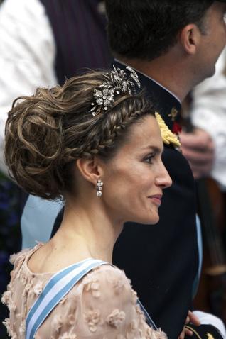 İspanya prensesi, Letizia  Hacimli topuzda, önden örgü bant sayesinde taşlı taç daha çarpıcı bir etki vermiş...