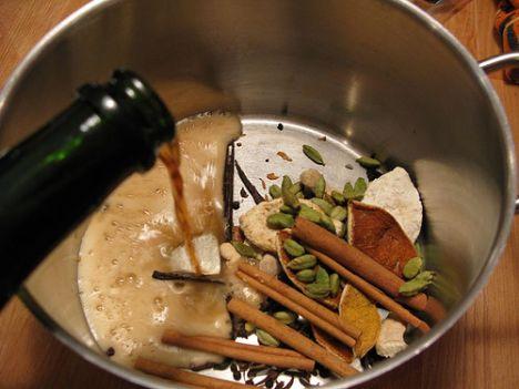 Glögg  Malzemeler: 1 şişe kırmızı şarap, 150 ml votka, 2 çorba kaşığı toz şeker, 2 adet çubuk tarçın, 8 adet karanfil, 12 adet kakule, ½ tatlı kaşığı toz zencefil, 6 adet ikiye kesilmiş kamkuat 25 gram kabuksuz badem 25 gram çekirdeksiz kuru üzüm  Hazırlanışı:  Kırmızı şarap, votka, toz şeker, çubuk tarçın, karanfil, zencefil ve kumkuatları bir tencereye koyun. Aromaların olgunlaşması için karışımı en az sekiz saat bekletin. Servis etmek için, glögg karışımını ateşte, kaynatmadan, hafifçe ısıtın. Bu sırada, badem ve kuru üzümü altı adet bardağa bölüştürün. Ateşten aldığınız karışımı süzdükten sonra sonra kuplara doldurup hemen servis edin.