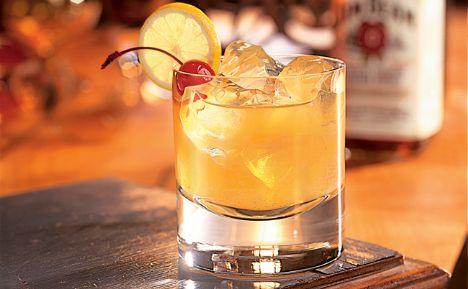 Whiskey Sour   Malzemeler:  ½ su bardağı viski,  2 çorba kaşığı limon suyu, ¼ su bardağı portakal suyu, 1 tatlı kaşığı toz şeker, 3-4 küp buz, Portakal dilimi  Hazırlanışı:  Tüm malzemeyi bir shaker'a koyup karıştırın. Süzerek viski bardağına boşaltın. Portakal dilimi ile süsleyerek servis edin.