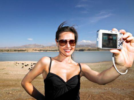 Siz bir istisna mısınız?  İşiniz gereği profilinizde fotoğrafınızın olması hayatınızı zorlaştıracaksa, mesela belediye başkanı ya da Angelina Jolie iseniz tabii profilinizi fotoğrafsız bırakmayı tercih edebilirsiniz.  Bu durumda fotoğrafsız olmanızın dezavantajını en aza indirmek için, profilin kalan kısmında harikalar yaratırken iyi şanslar dileriz!