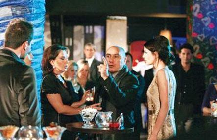 Savaş dizide Deniz Çakır'ın oynadığı Ferhunde karakterinin annesini canlandırıyor.