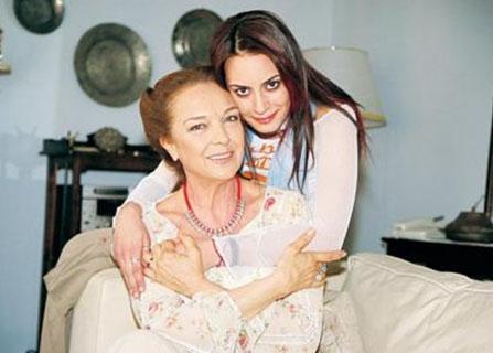 Bir dönemin en çok izlenen dizilerinden Çemberimde Gül Oya da ana karakterin orta yaşlı halini canlandırdı.   Onun kızı rolünde ise genç oyuncu Melisa Sözen vardı.