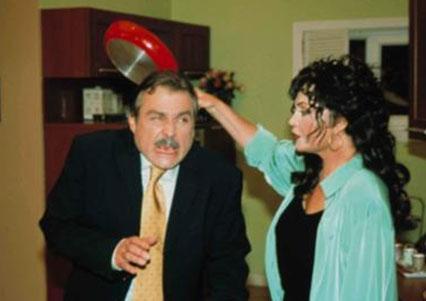Haluk Bilginer ile birlikte Tatlı Hayat adlı komedi dizisinde oynadı.