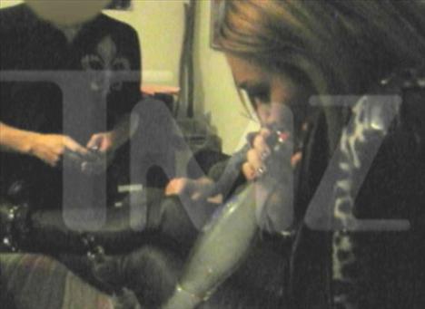 Kısa bir süre önce 18 yaşına giren Miley Cyrus skandal dosyasına yeni bir halka daha ekledi. Müzisyen Billy Ray Cyrus'ın kızı olan ve Hannah Montana adlı TV şovuyla küçük yaşta üne kavuşan Cyrus'ın arkadaşlarıyla gittiği bir partide esrar içerken çekilen görüntüleri internete sızmıştı