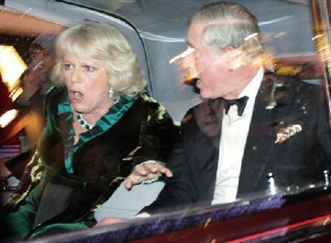 İngiliz parlamentosundan geçen üniversite harçlarına zam yasası nedeniyle Londra sokaklarında eylem yapan öğrenciler, Prens Charles ve eşinin içinde bulunduğu araca saldırmıştı.