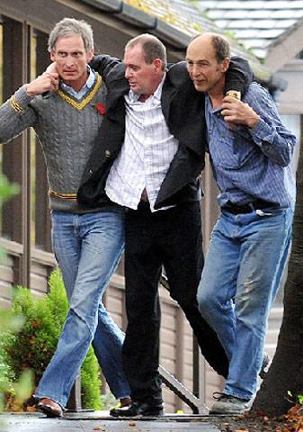 Aşırı alkolden ayakta duramayacak hale gelen  Paul Gascoignea kameralara böyle yakalanmıştı.