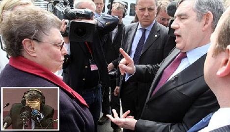 Yaka mikrofonunun açık olduğunu unutan  Başbakan Gordon Brown sokakta kendisiyle sohbet eden İşçi Partili emekli bir kadından ayrıldıktan sonra yanındaki yardımcısına ''dar kafalı bir kadın'' yorumunu yapmıştı.