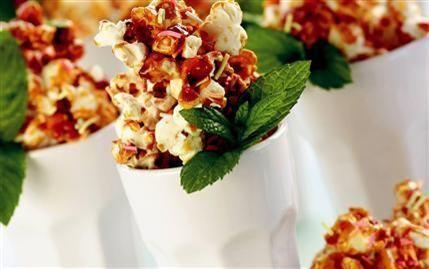 Karamelli mısır patlakları  Malzemeler:  1 çay bardağı cin mısırı 1 çorba kaşığı zeytinyağı 3 çorba kaşığı tozşeker 1 çorba kaşığı su 2 çorba kaşığı renkli pasta şekeri 2-3 dal nane  Hazırlanışı:  İçine zeytinyağı koyduğunuz büyük bir tencereyi ocağa oturtun. 2-3 adet mısır tanesini tencereye atın. Mısırlar patlayınca tüm mısırı tencereye ilave edin. Arada bir tencereyi sallayarak mısırları patlatın. Ayrı bir tencereye tozşeker ve suyu koyun. Orta ateşte tozşeker köpürünceye kadar pişirip karamel hazırlayın. Ocaktan alın ve iki dakika karıştırarak soğutun. Karameli ve pasta şekerini mısırların üzerine döküp karıştırın. Arzunuza göre kaplara alıp soğutun. Nane yaprakları ile süsleyerek servis yapın.