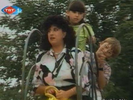 İŞTE BU MAHALLEDE YAŞAR PERİHAN ABLA  Perran Kutman'ı TV tarihinin unutulmazları arasına sokan Perihan Abla 80'lerin en çok izlenen dizilerinden biriydi.