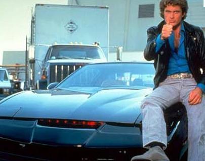 KONUŞAN ARABA K.I.T.T  Ülkemizde Kara Şimşek adıyla yayınlanan Knight Rider, özellikle konuşan ve olağanüstü güçleri olan araba sayesinde çok izleniyordu.   Bu dizi David Hasselhoff'a da şöhreti getirdi.