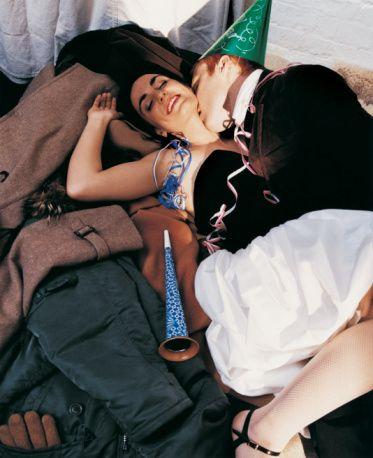 Geri çekilme, en doğal korunma yöntemidir. YANLIŞ Geri çekilme yöntemi, geri kalmış ülkelerde sık kullanılmakla birlikte tüm doğum kontrol yöntemleri arasında istenmeyen gebelik riski en yüksek olanıdır ve aslında tam anlamıyla bir doğum kontrol yöntemi de değildir. Cinsel zevki önemli ölçüde azaltır. Boşalma anından önce cinsel ilişki sırasında salgılanan sıvı içinde sperm bulunması riski oldukça yüksektir.  Gelişmemiş ülkelerde istenmeyen gebelik ve doğumların çok daha yüksek olmasının temel nedeni budur. Hayatınızın kontrolünü yeni yılda sakın şansa bırakmayın!