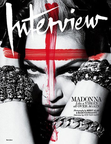 Biraz daha sahte kan, bu sefer de Madonna'nın yüzünde ve haç şeklinde.