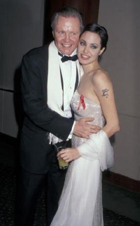 ANGELİNA'NIN BABASIYLA ARASI HALA LİMONİ  Ünlü yıldız Angelina Jolie'nin babası aktör Jon Voight ile yıldızı bir türlü barışmıyor.