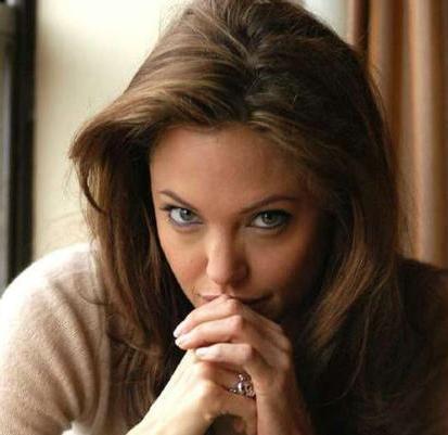"""Jolie kendisi hakkında """"psikolojik sorunları var"""" açıklamasını yapan babasıyla küsmüş ve uzun süre konuşmamıştı."""