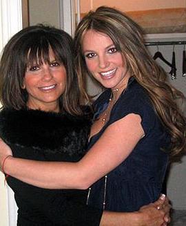 Yıllar önce anne- kız birlikte kaleme aldıkları Britney Spears ile Kalpten Kalbe (Britney Spears: Heart to Heart) ne kadar iyi anlaştıklarını anlatmaya çalışsalar da gerçek hiç de öyle değil.   Spears'ın hayatının en zor dönemlerinde nedense annesi yanında değildi.